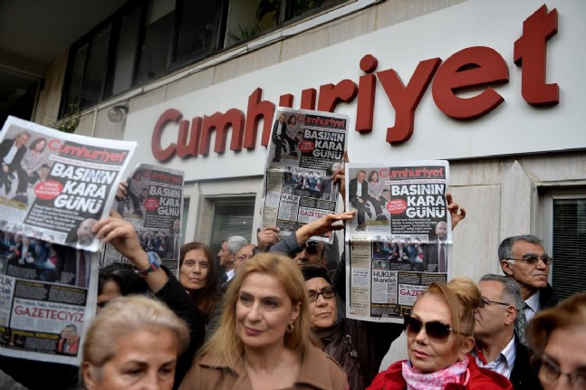 Cumhuriyet daily editor-in-chief, columnist detained by police