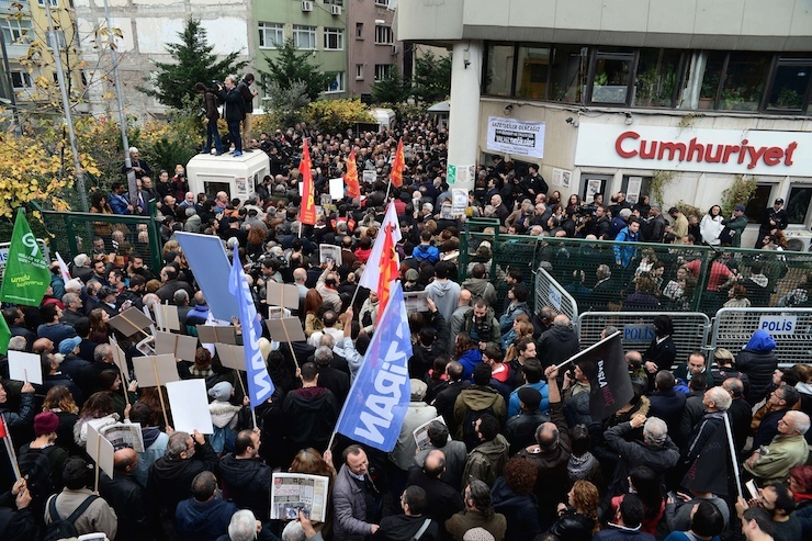 Students protesting detention of Cumhuriyet journalists detained