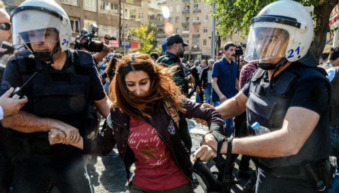Police detain 25 people protesting detention of Diyarbakır co-mayors