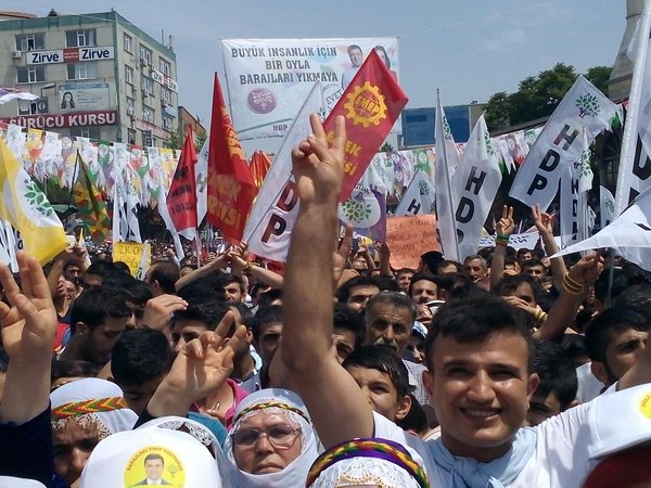 Demonstration held in İstanbul to protest arrest of Kurdish deputies