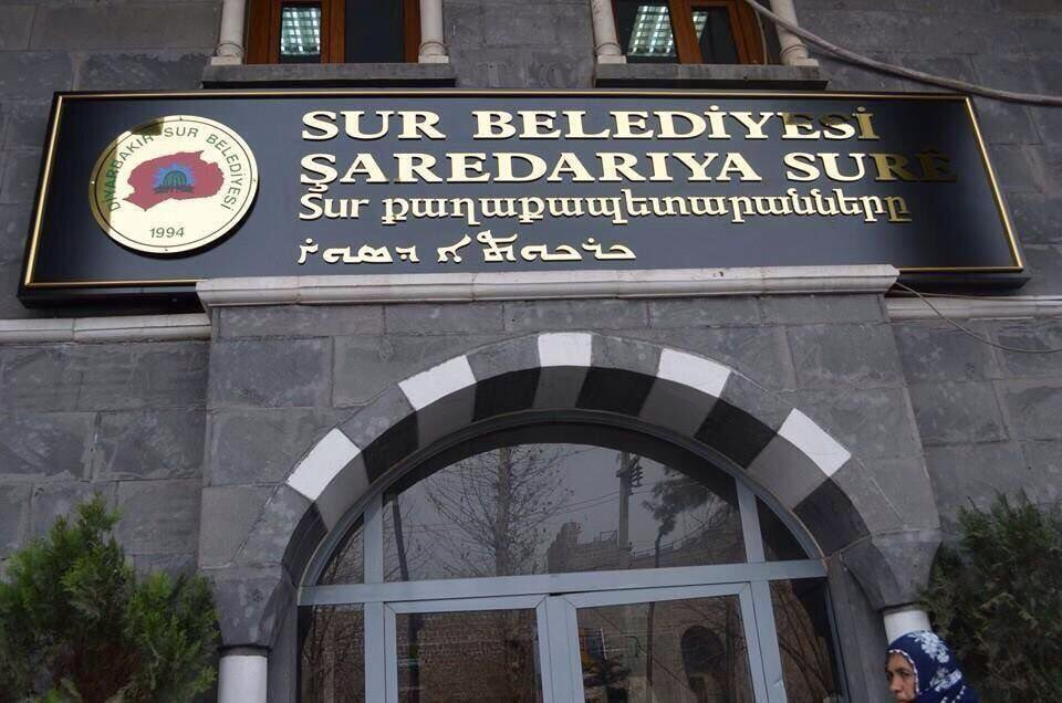 Gov't-backed mayor removes Armenian, Assyrian words from municipal building