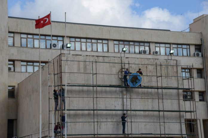 Gov't-appointed trustees remove municipal logo from Diyarbakır City Hall