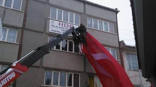 Konya protesters cover pro-Kurdish HDP's local office with Turkish flag
