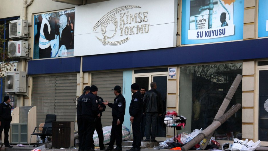 Turkish charity office ransacked by thugs after being shut down by gov't decree