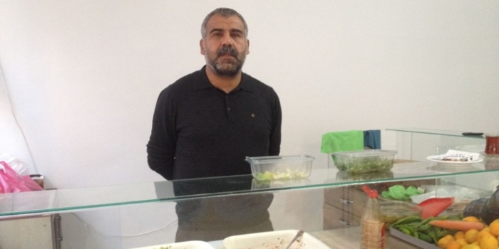 Dismissed under post-coup purge, Turkish teacher sells traditional çiğ köfte to earn living