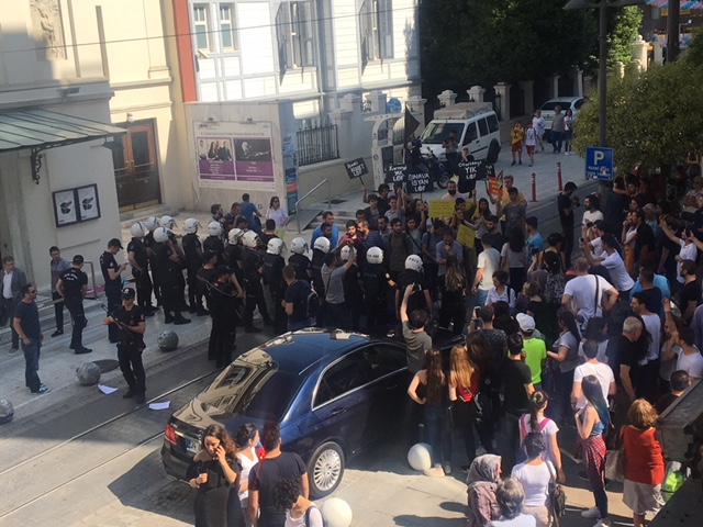 High schoolers detained during Istanbul protest, beaten inside police bus
