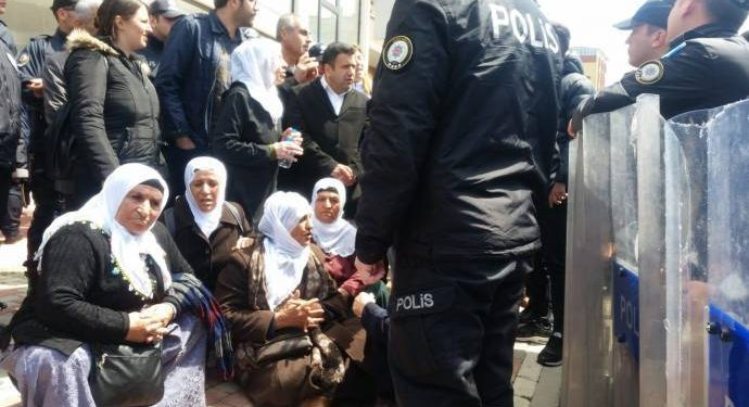 [VIDEO] Turkish 'police' attack Kurdish women over sit-in they held in solidarity with jailed family members
