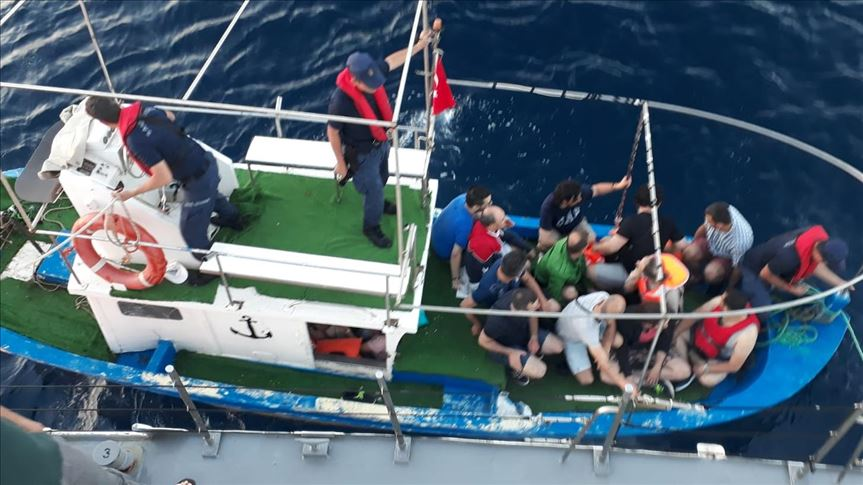 [VIDEO] 23 including 6 children detained while escaping from Turkey to Greece in boat