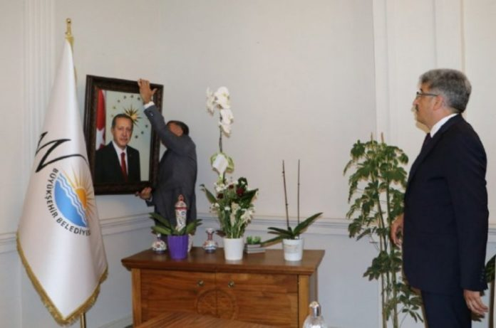 Gov't-appointed trustee in Van hangs Erdoğan's photo in mayor's office