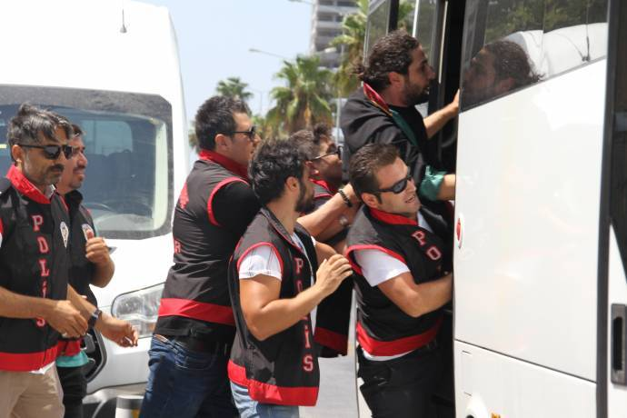 27 İzmir lawyers in police custody for protesting removal of Kurdish mayors