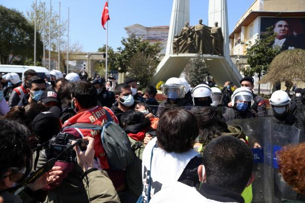 Turkish police assault workers protesting gov't restrictions ahead of International Workers' Day