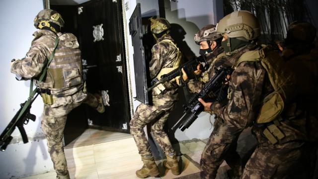 "Turkey police detain 33 people in ""terror"" operations in İstanbul: report"